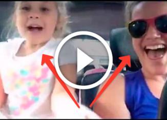 мама с дочкой поют в машине