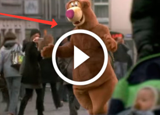 парень в костюме медведя обнимает прохожих
