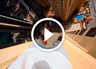 паркурщик прыгает по выступам небоскрёба