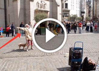 старушка танцует на улице