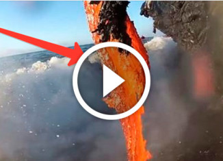 вулкан извергается в море