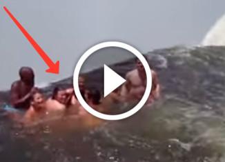 купание на краю водопада