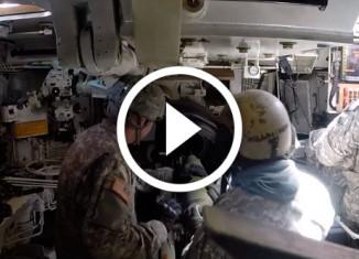работа заряжающих американской самоходной гаубицы