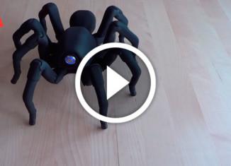 робот-паук танцует