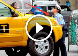 женщина-полицейский поднимает автомобиль
