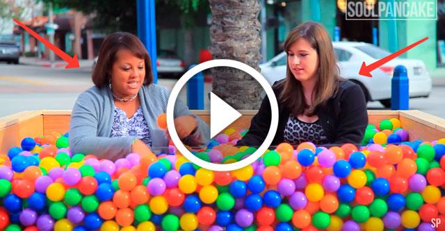 люди в бассейне с шариками