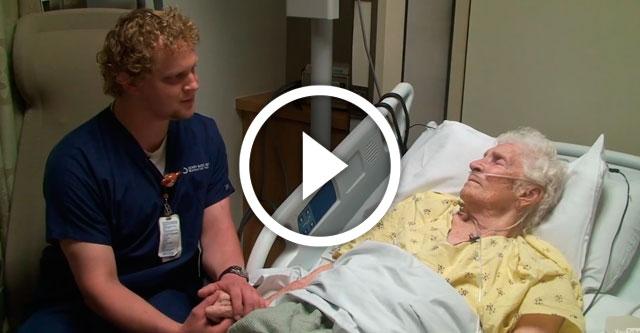 санитар утешает пациентов больницы