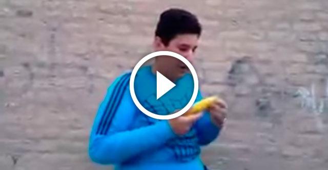 мальчик ест кукурузу