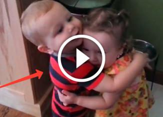 малыш обнимает девочку