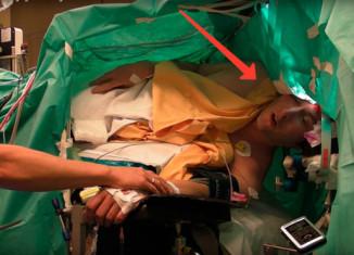поет во время операции