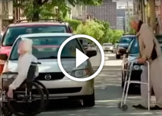 старики переходят дорогу
