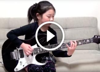 Девочка играет на электрогитаре