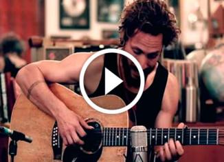 Джон Батлер играет на гитаре
