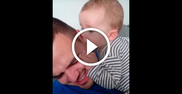 Малыш грызёт папино ухо