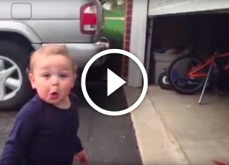 Ребенок в восторге от автоматических ворот