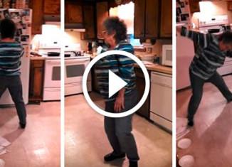 Бабушка танцует на кухне