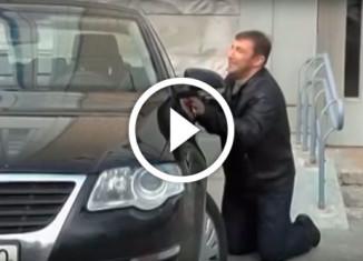 Мужчина прощается с машиной