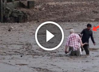 Рыбак вытащил стариков из болота