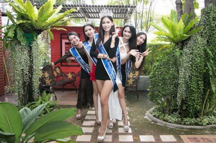 Мисс Тайланд поклонилась матери