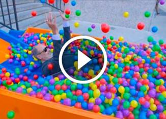 Лестница или бассейн с шариками