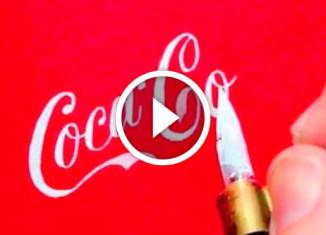 Мастер рисует известные логотипы от руки