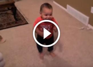 Малыш танцует сальсу