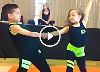 Дети танцуют сальсу