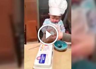 Девочка готовит печенье