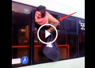 Девушка сбегает через окно троллейбуса