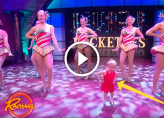 Маленькая девочка танцует с группой