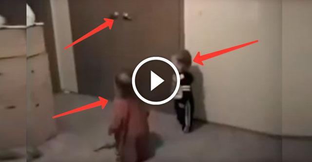 Малыши открывают дверь