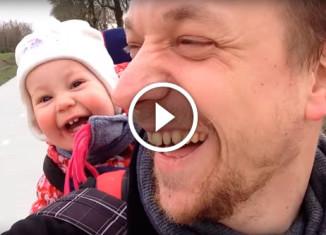 Отец пытается научить ребенка говорить
