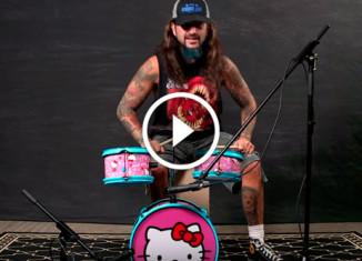 профессиональный барабанщик играет на игрушечных барабанах