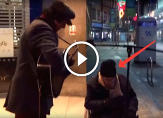 Бездомный спел с уличным музыкантом