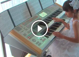 Девочкаисполняет саундтрек к фильму Назад в будущее