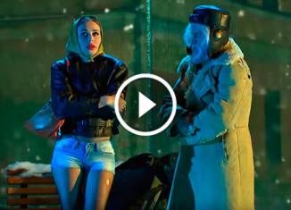 Девушка и рыбак на остановке Уральские пельмени