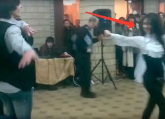 Девушка на свадьбе танцует лезгинку