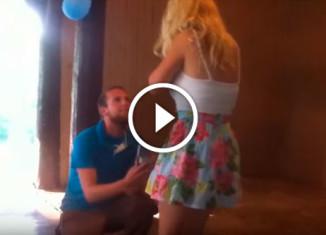 Девушка упала в обморок во время предложения выйти замуж