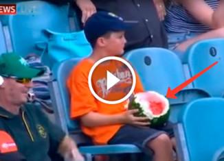 Мальчик ест арбуз