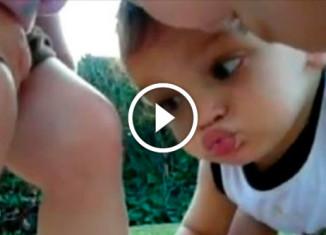 Мальчик поцеловал девочке ногу