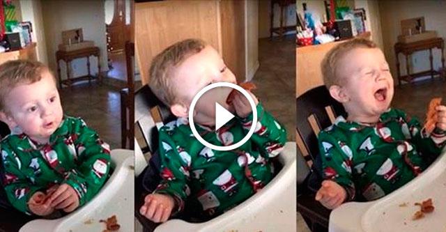 Малыш впервые попробовал бекон