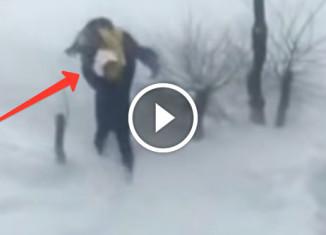 Отец кинул сына в снег