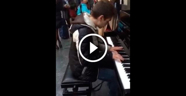 Пианист играет на вокзале