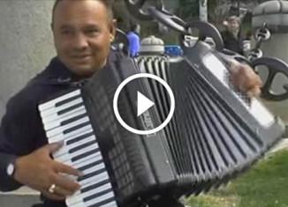 Русские песни в Мадриде на аккордионе