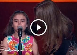 Сирийская девочка плачет на сцене