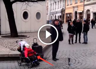 Уличный музыкант поет с дочкой