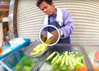 Уличный продавец фруктов