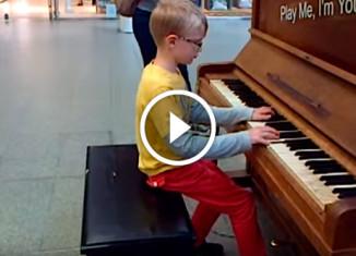 Мальчик впервые играет на пианино