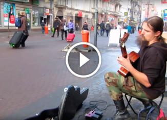 Бездомный уличный музыкант