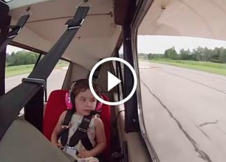 Девочка впервые летает